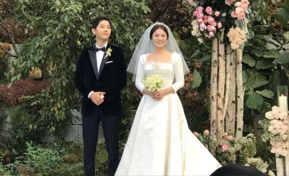 Song Joong Ki - Lee Kwang Soo đội mưa đự đám cưới, địa điểm là nơi kết hôn với Song Hye Kyo! Ảnh 13