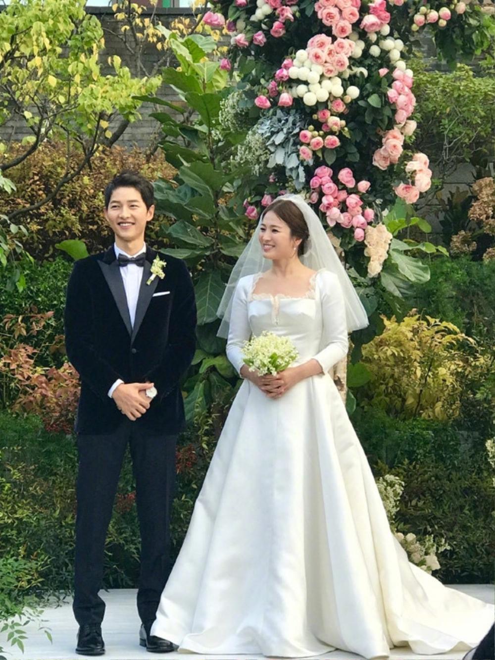 Song Joong Ki - Lee Kwang Soo đội mưa đự đám cưới, địa điểm là nơi kết hôn với Song Hye Kyo! Ảnh 14