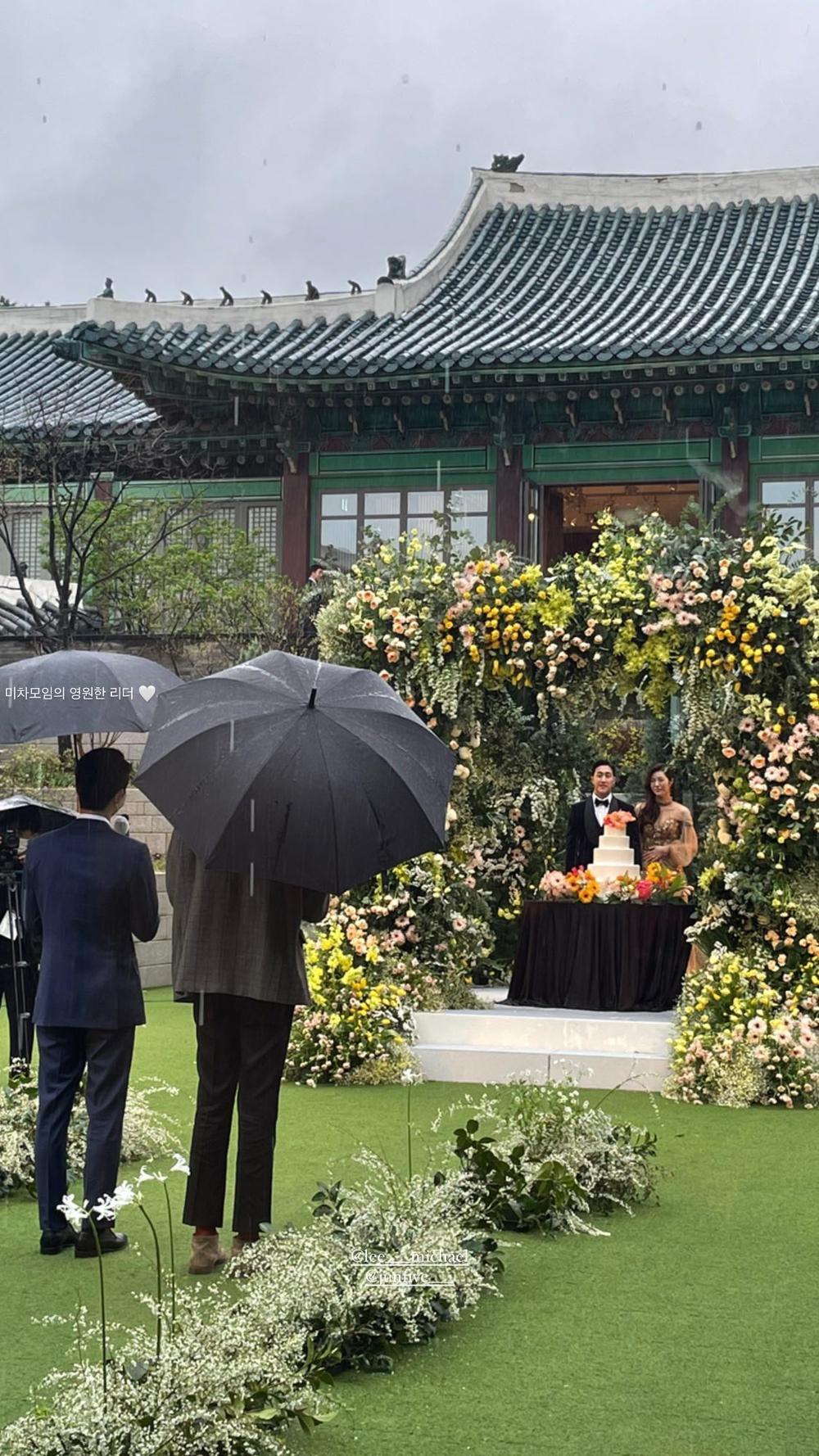 Song Joong Ki - Lee Kwang Soo đội mưa đự đám cưới, địa điểm là nơi kết hôn với Song Hye Kyo! Ảnh 5