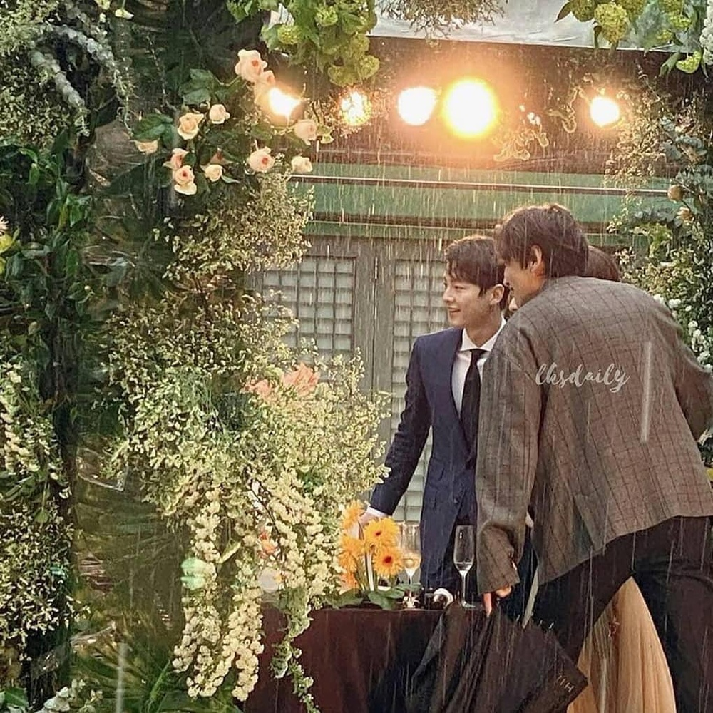 Song Joong Ki - Lee Kwang Soo đội mưa đự đám cưới, địa điểm là nơi kết hôn với Song Hye Kyo! Ảnh 11