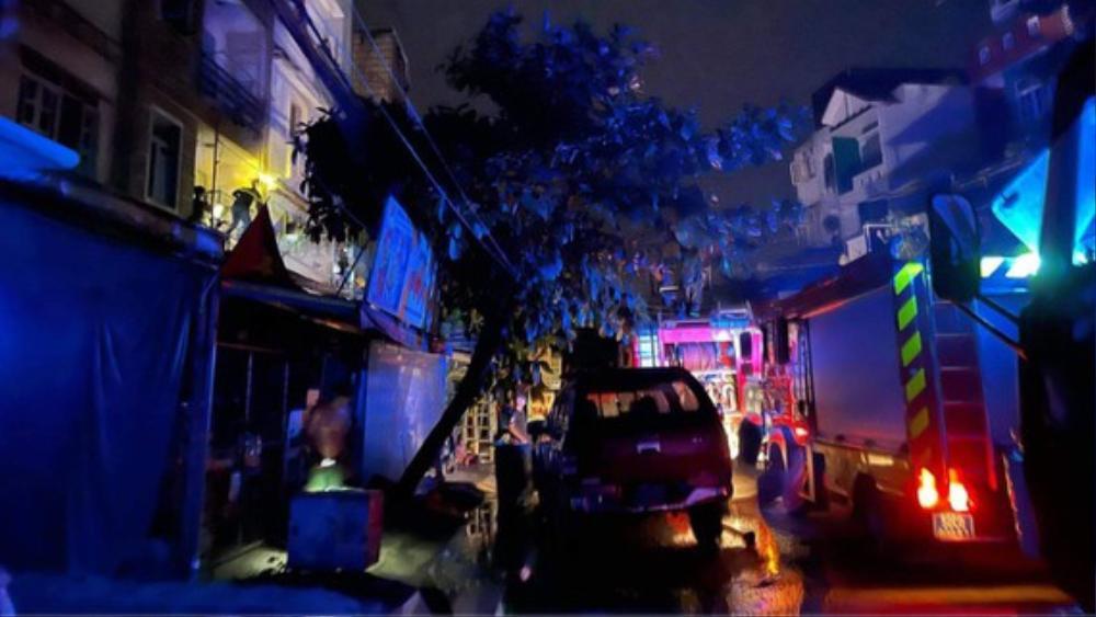 Giải cứu thành công 4 người mắc kẹt trong căn nhà bốc cháy trong đêm Ảnh 1