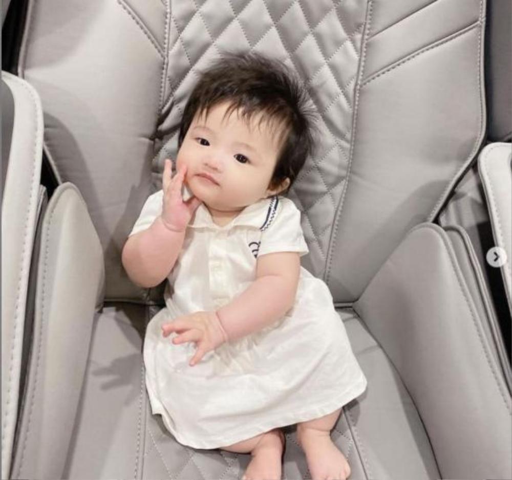 Đông Nhi tự hào con gái cưng Winnie mới 5 tháng tuổi đã biết tạo dáng điệu nhà như người mẫu nhí Ảnh 2