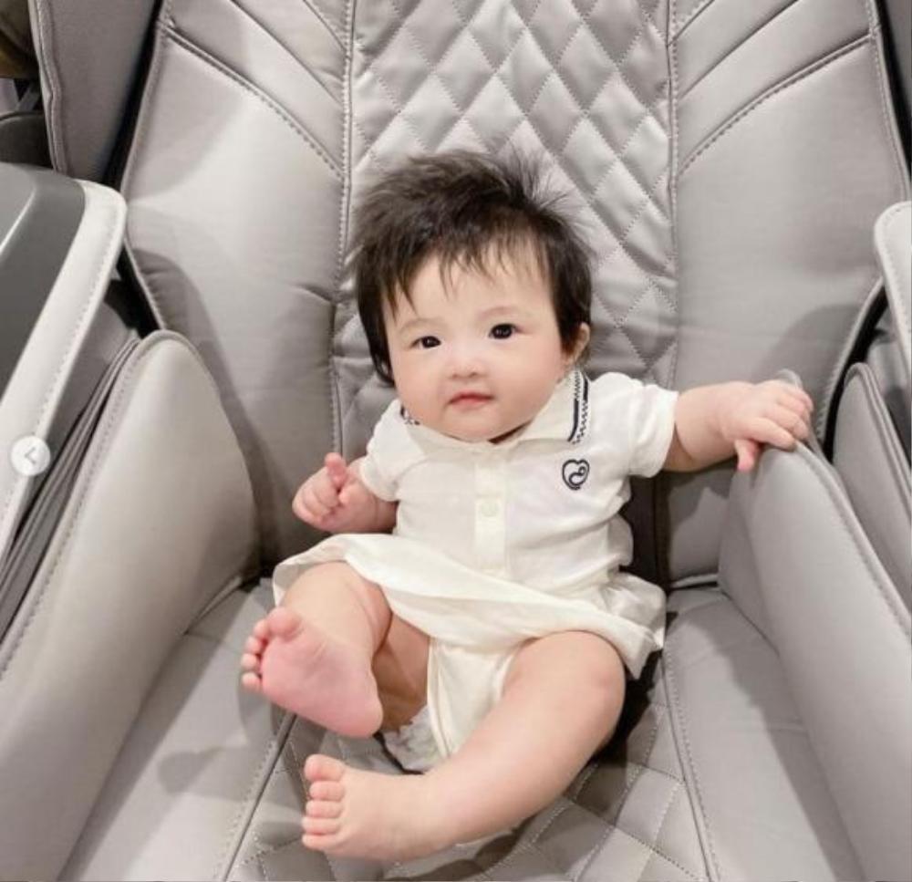 Đông Nhi tự hào con gái cưng Winnie mới 5 tháng tuổi đã biết tạo dáng điệu nhà như người mẫu nhí Ảnh 3
