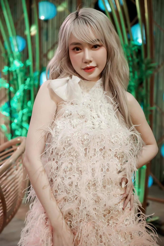 Chiều con gái, Elly Trần từ tóc bạch kim chuyển sang tóc cam giống nàng tiên cá Ảnh 5