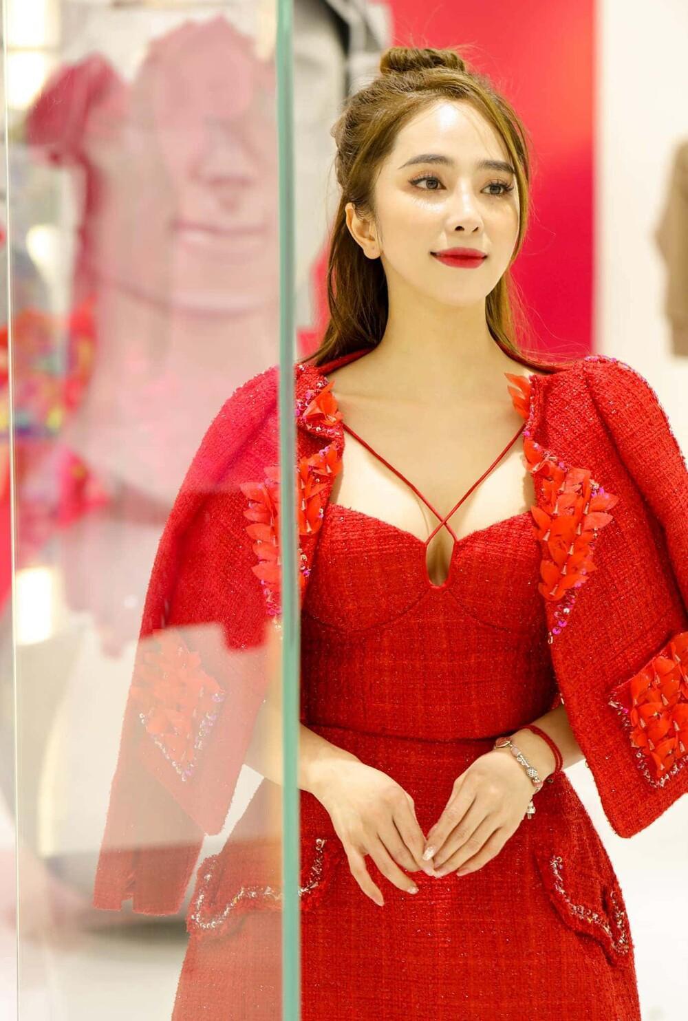 Lương Thùy Linh, Văn Mai Hương, Lynk Lee, Quỳnh Nga khoe vòng 1 'tràn viền' trong cùng chiếc váy đỏ Ảnh 10
