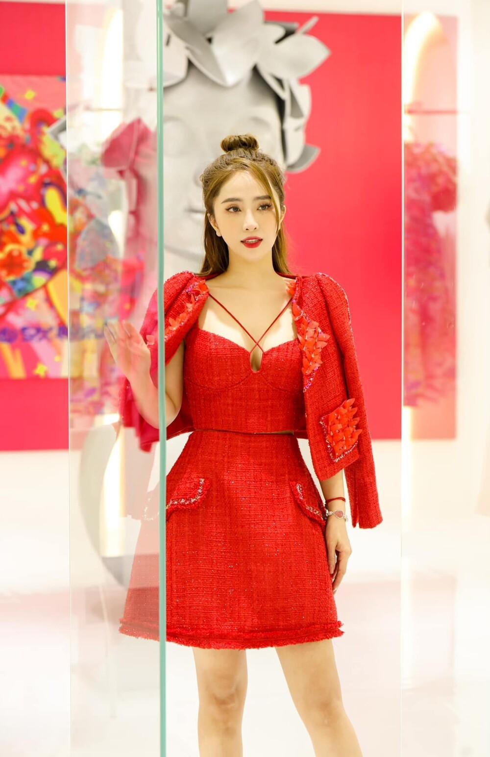Lương Thùy Linh, Văn Mai Hương, Lynk Lee, Quỳnh Nga khoe vòng 1 'tràn viền' trong cùng chiếc váy đỏ Ảnh 9