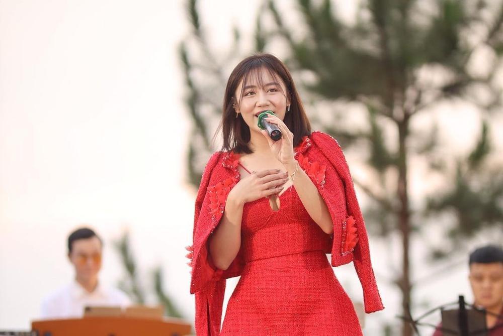 Lương Thùy Linh, Văn Mai Hương, Lynk Lee, Quỳnh Nga khoe vòng 1 'tràn viền' trong cùng chiếc váy đỏ Ảnh 5