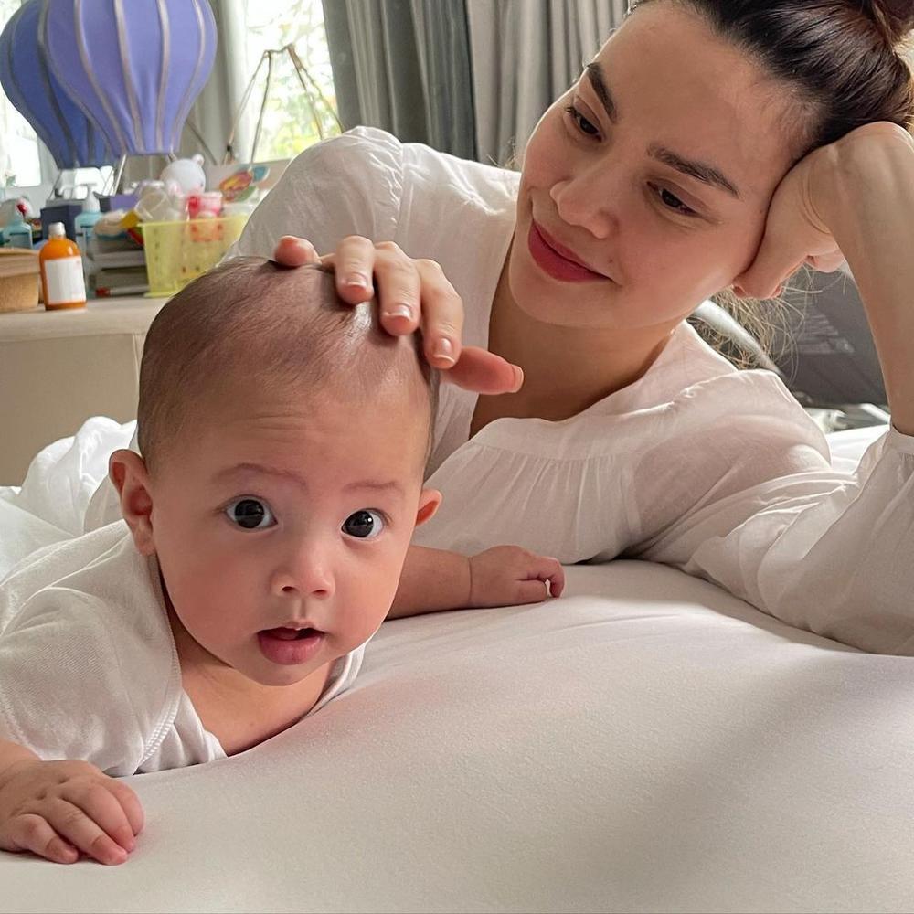 'Mẹ bỉm sữa' Hà Hồ chịu thua độ đáng yêu của 'bản sao nhí' Lisa trong loạt ảnh đọ sắc cưng xỉu Ảnh 6