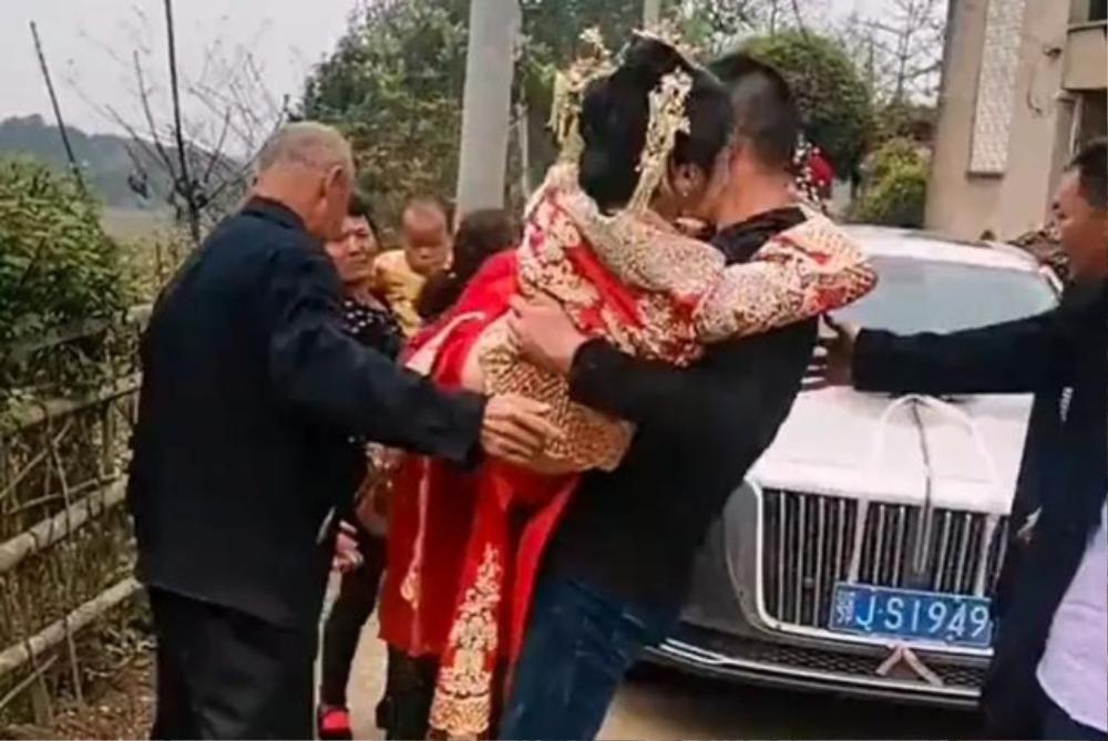 Bố chú rể bế cô dâu từ xe hoa vào nhà, biết sự thật dân mạng vẫn tranh cãi Ảnh 2