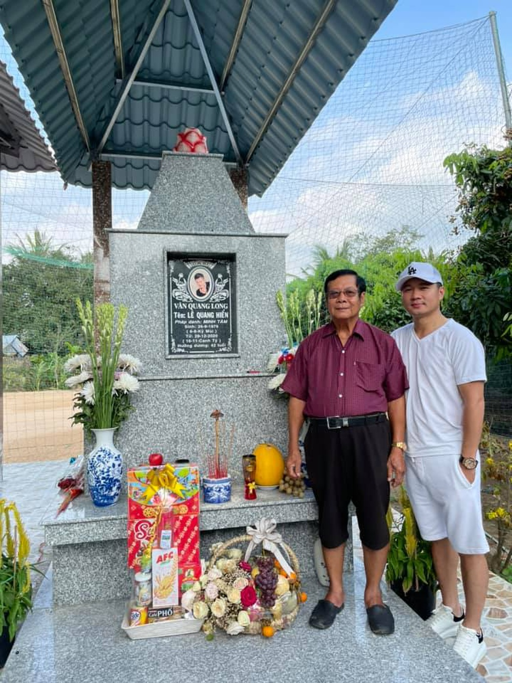 Tròn 100 ngày mất cố ca sĩ Vân Quang Long: Gia đình làm lễ tưởng niệm, Lâm Vũ về thăm mộ bạn thân Ảnh 2