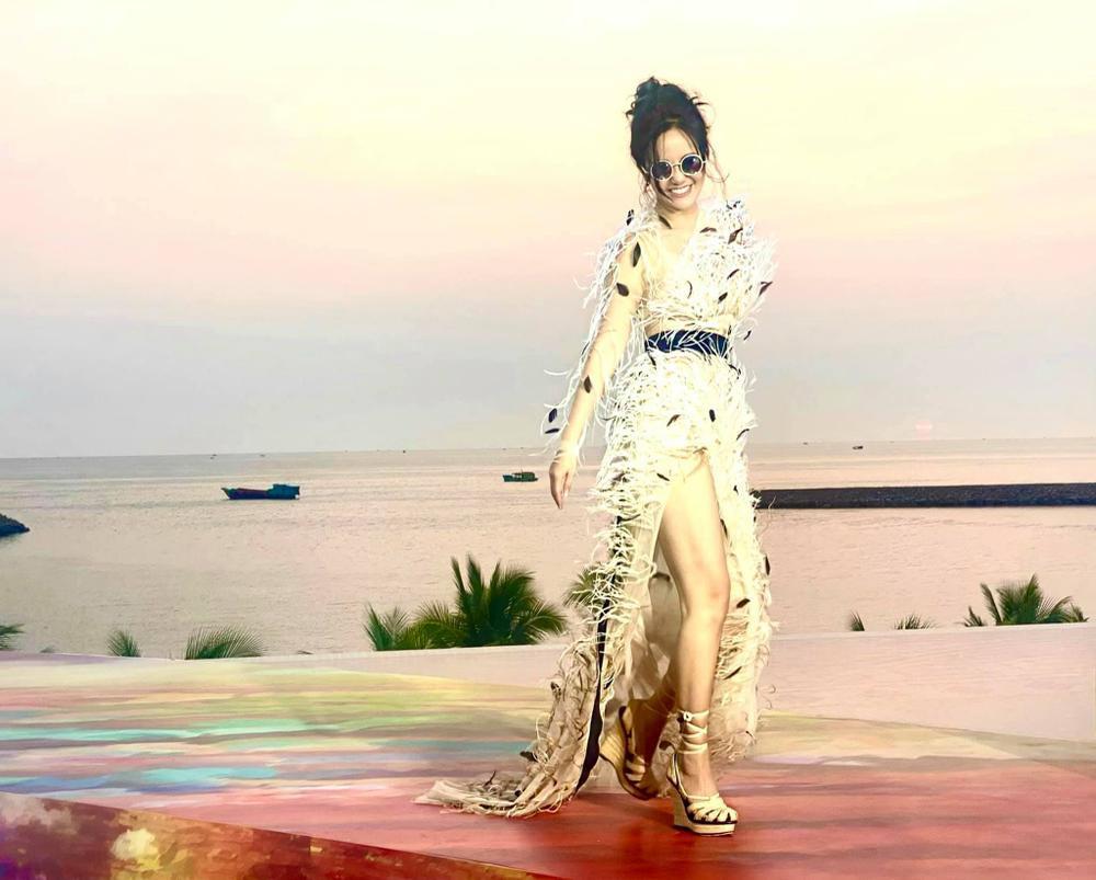 Diva Hồng Nhung 'cưa sừng làm nghé' với style giấu quần, khoe đôi chân nuột không cần photoshop Ảnh 5