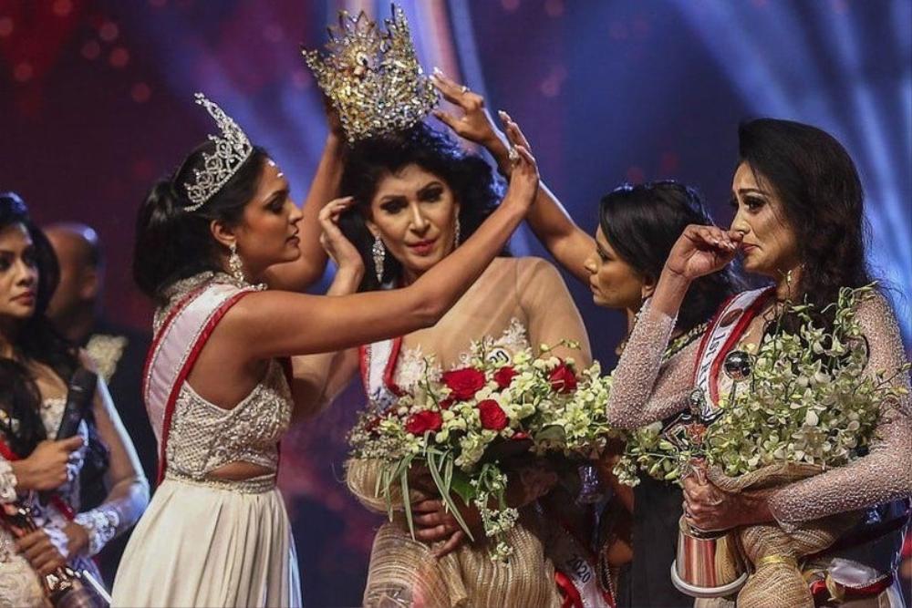Mới đăng quang hoa hậu, quý bà Sri Lanka bị giật vương miện trên sân khấu, chấn thương phải nhập viện Ảnh 1