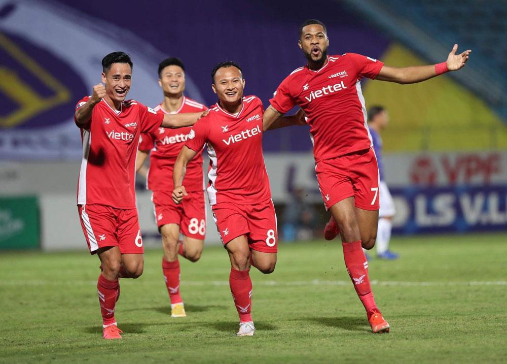 Đức Huy bị đuổi vì... đánh vào mặt đối thủ, Hà Nội FC thua Viettel! Ảnh 1