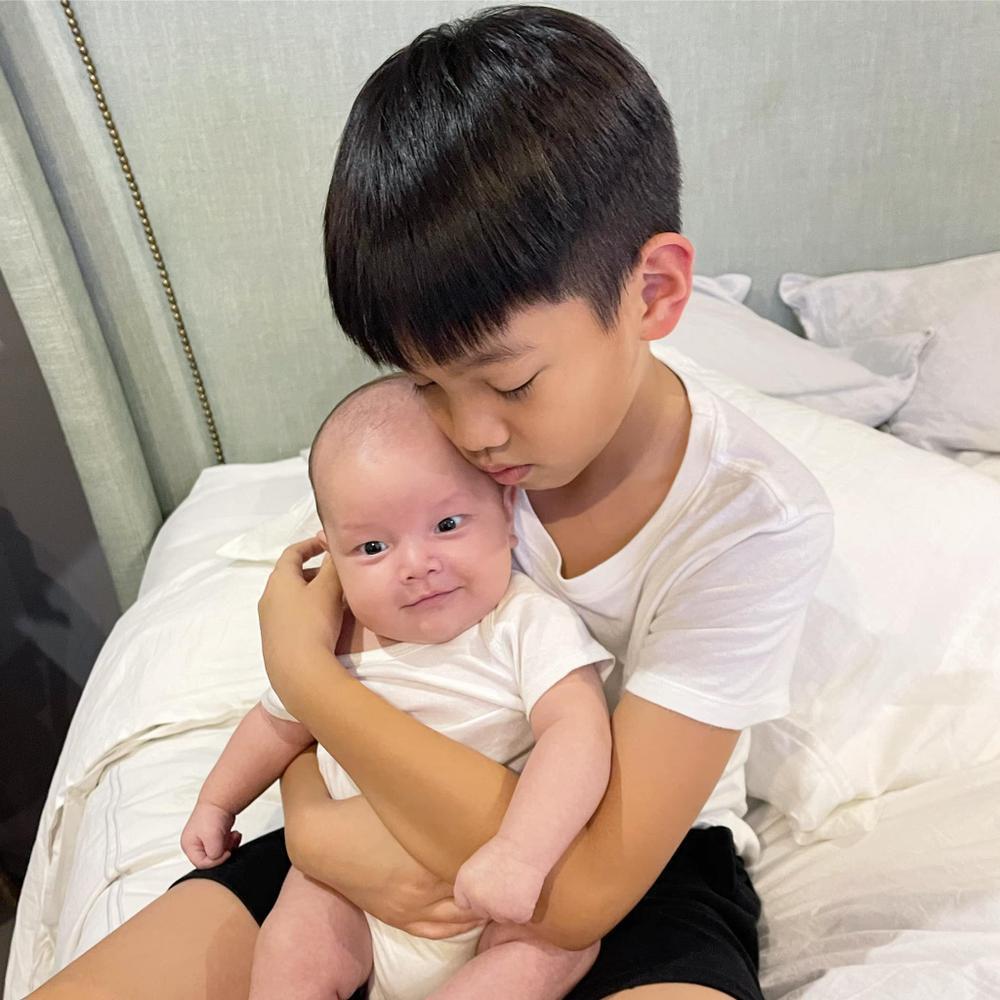 Con trai út nhà Hà Hồ - Leon ngạc nhiên tột độ khi nghe siêu hit 8 tỷ view Baby Shark 'xào nấu' tên mình Ảnh 1