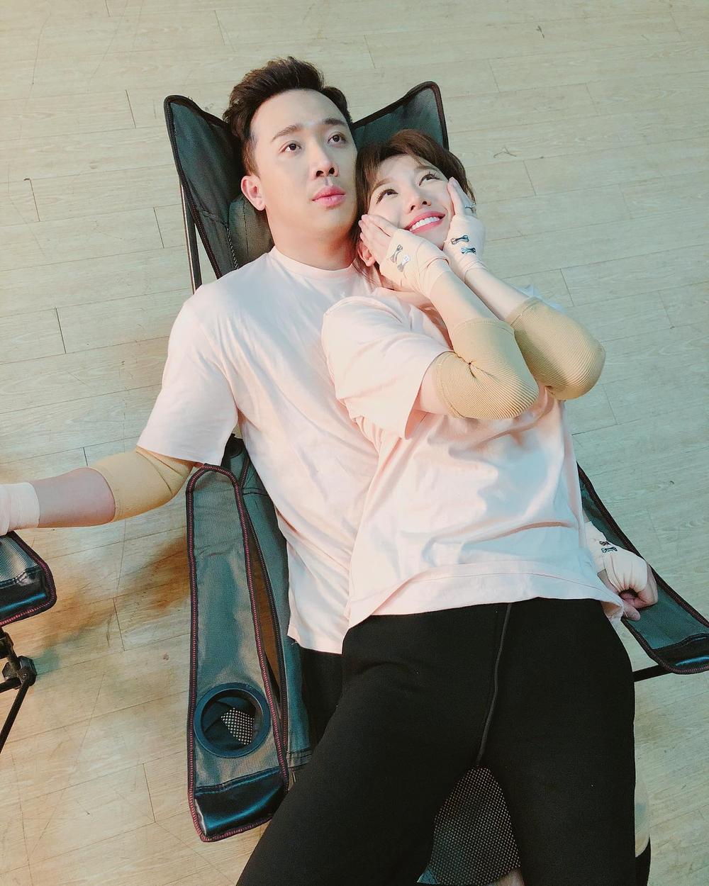 Lén Trấn Thành bắt trend nhảy Tik Tok, biểu cảm của Hari Won khiến fan thích thú Ảnh 1