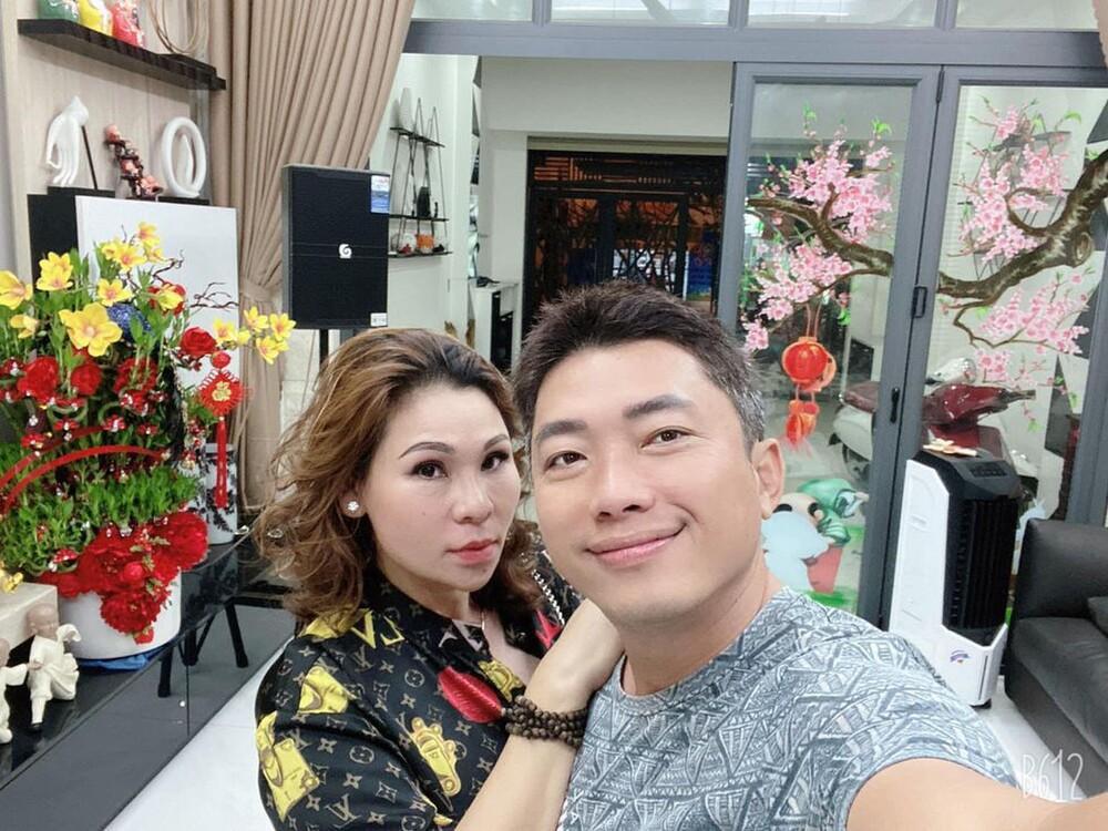 Dân mạng phát hiện kiểu chụp hình 100 kiểu như 1 của vợ chồng Kinh Quốc - Thu Trà: Nhìn cứ ngỡ ghép ảnh! Ảnh 4