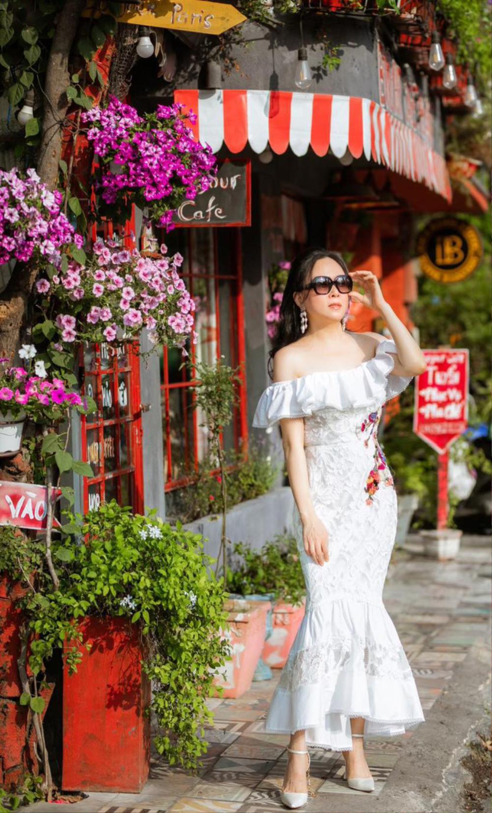 Khoe vai trần gợi cảm, Phượng Chanel 'đốn tim' dân mạng với nhan sắc 'lão hóa ngược' Ảnh 3