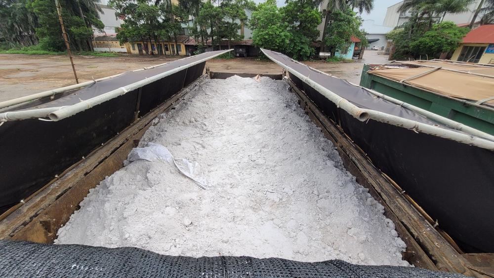 Bắt giữ 2 xe tải nghi chở 30 tấn chất thải công nghiệp ở Bắc Ninh Ảnh 2