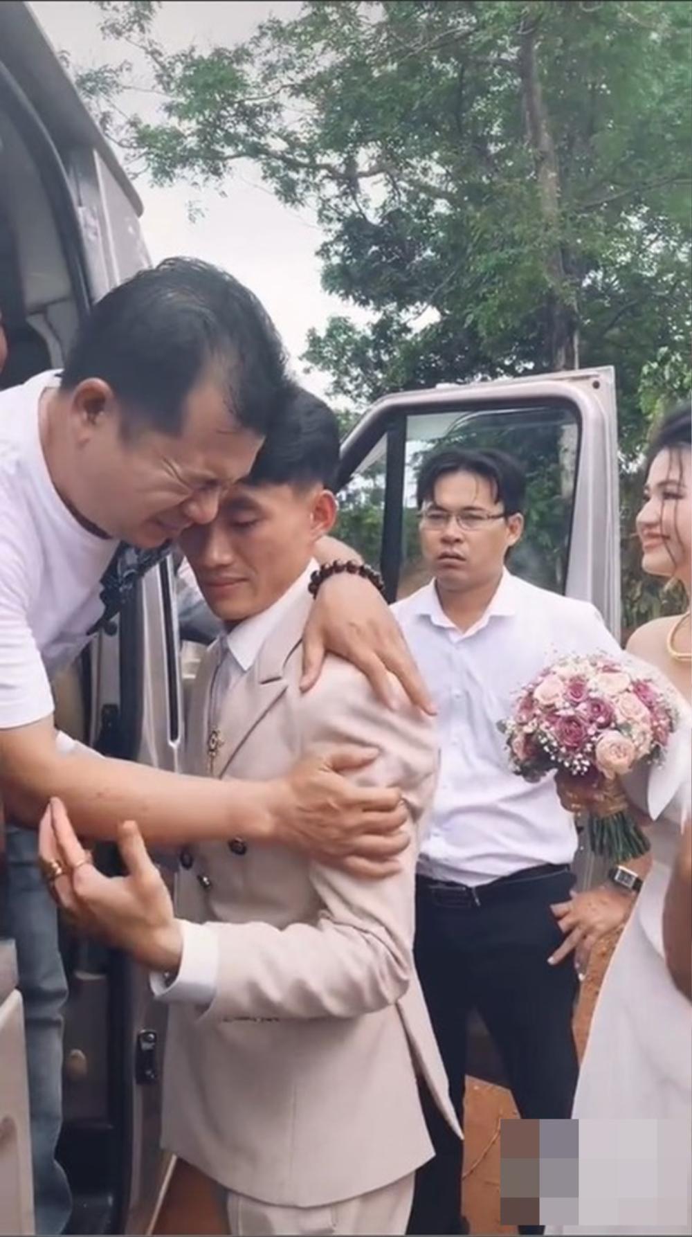 Tiễn gia đình nhà gái về sau đám cưới, chú rể ôm bố vợ khóc nức nở khiến dân mạng thích thú Ảnh 1