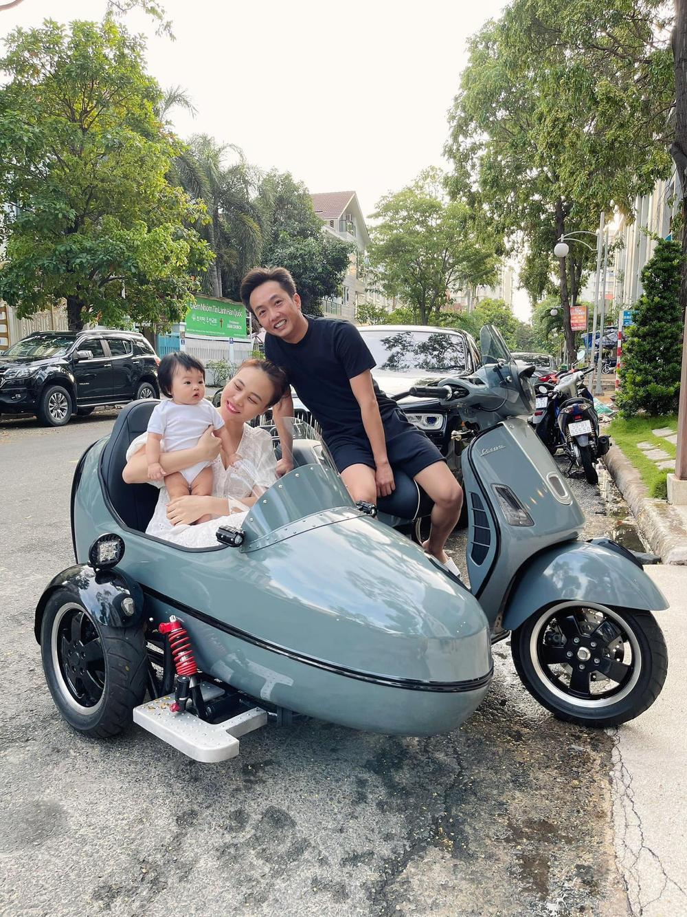 Cường Đô La - Đàm Thu Trang đưa con gái Suchin đi dạo phố bằng xe máy 'lạ' Ảnh 1