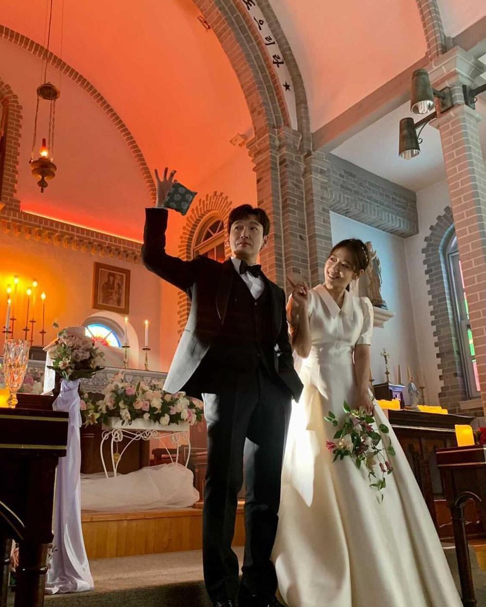 Park Shin Hye khoe ảnh cưới đẹp ngút ngàn bên chồng tài tử! Ảnh 1