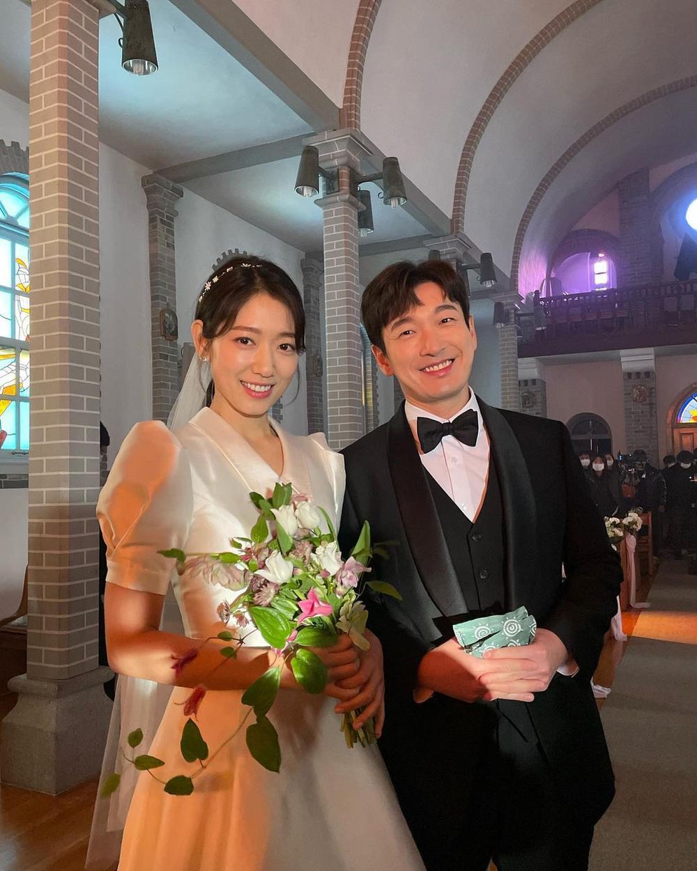 Park Shin Hye khoe ảnh cưới đẹp ngút ngàn bên chồng tài tử! Ảnh 2