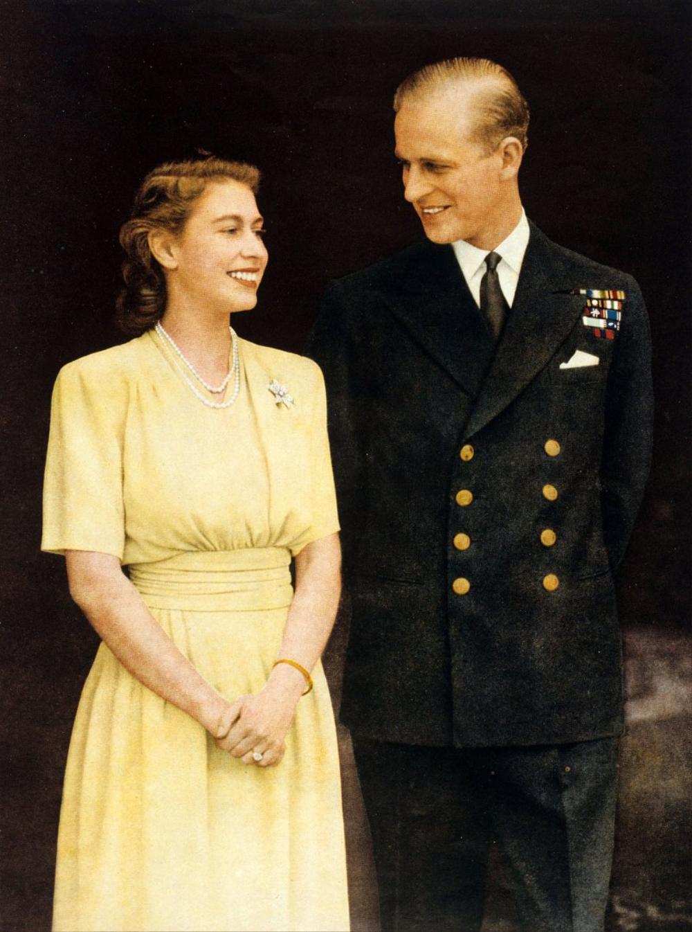 Câu chuyện chưa kể về buổi gặp gỡ khiến Nữ hoàng Elizabeth phải lòng Hoàng thân Philip Ảnh 1