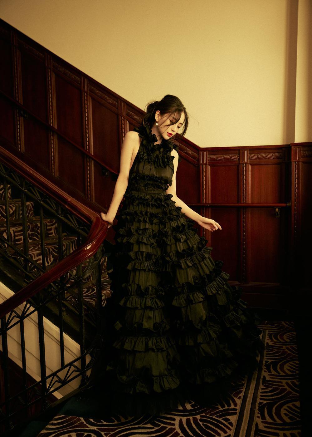 Khó lòng cưỡng nổi sức hút từ Angelababy khi diện váy lộng lẫy như thiên nga Ảnh 2