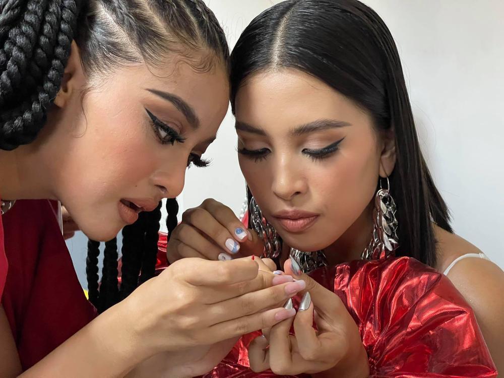 Khoảnh khắc dễ thương: Á hậu Kiều Loan làm nail cho Hoa hậu Tiểu Vy Ảnh 1