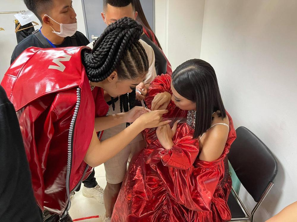Khoảnh khắc dễ thương: Á hậu Kiều Loan làm nail cho Hoa hậu Tiểu Vy Ảnh 3