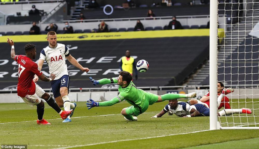 MU ngược dòng hạ Tottenham, kiên trì bám đuổi Man City Ảnh 2