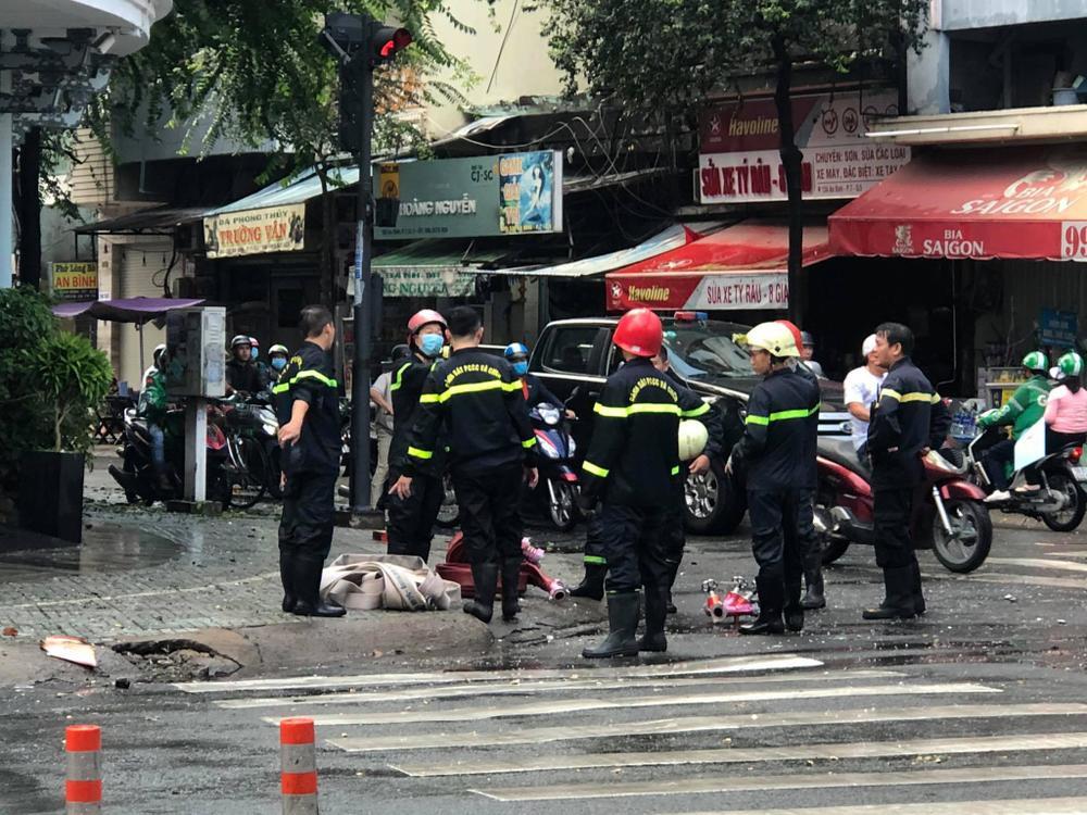 Khách sạn Đồng Khánh bất ngờ bốc cháy dữ dội trong cơn mưa lớn ở Sài Gòn Ảnh 2
