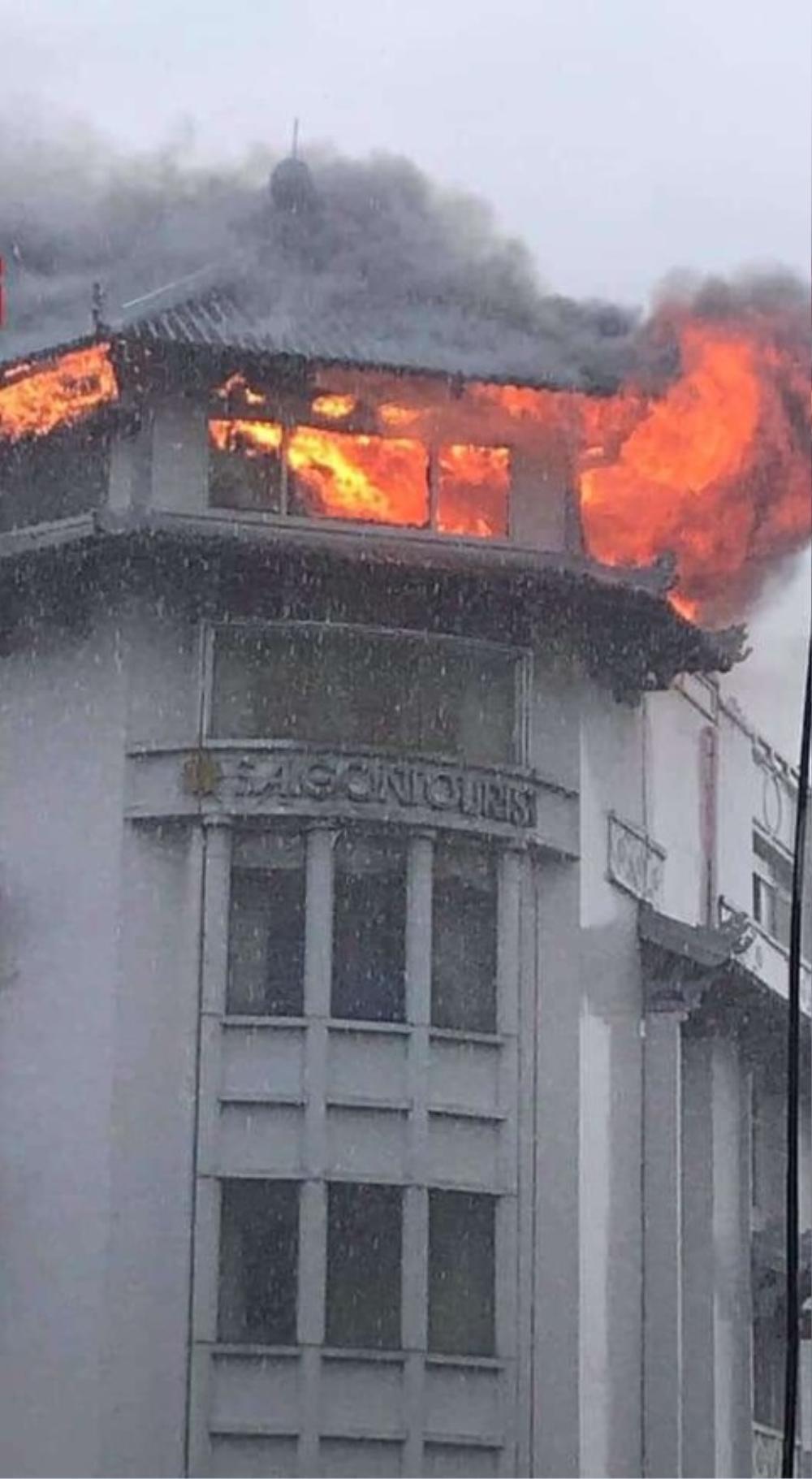 Khách sạn Đồng Khánh bất ngờ bốc cháy dữ dội trong cơn mưa lớn ở Sài Gòn Ảnh 1