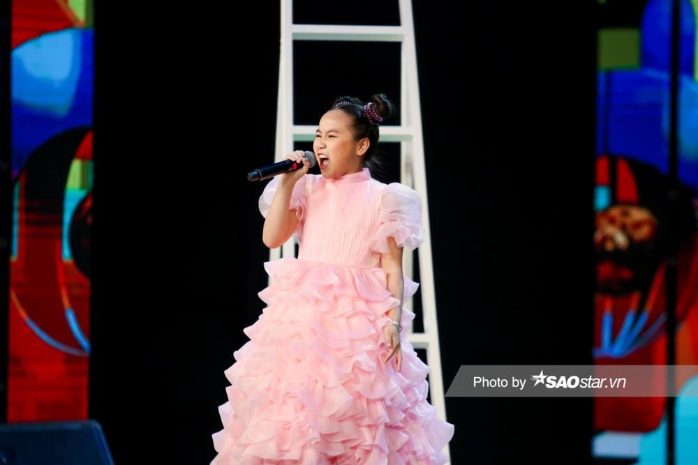 Khánh Linh hóa công chúa, khoe giọng cao vút làm BigDadddy - Emily 'bất đồng quan điểm' Ảnh 6