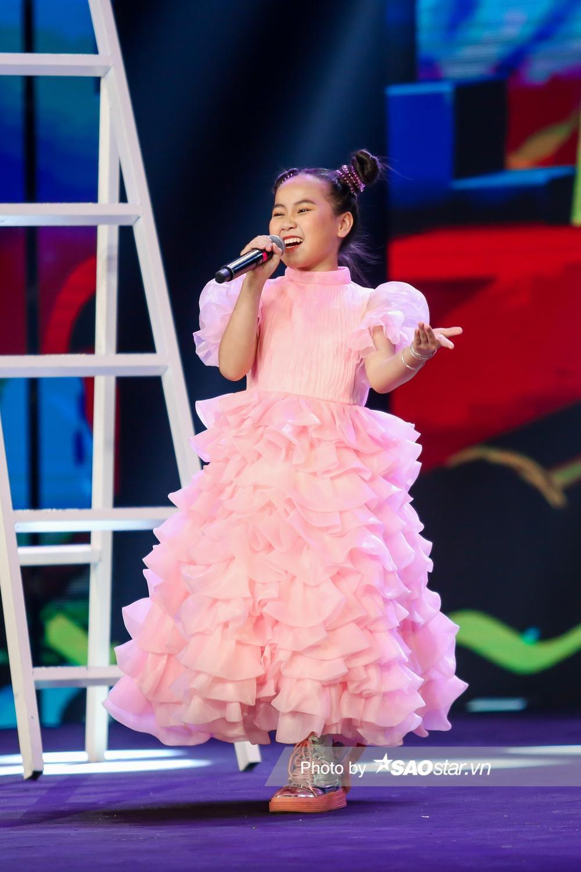 Khánh Linh hóa công chúa, khoe giọng cao vút làm BigDadddy - Emily 'bất đồng quan điểm' Ảnh 10