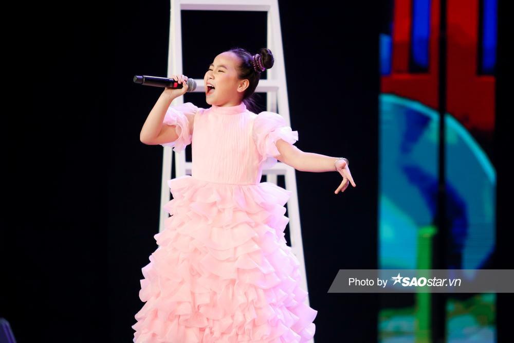 Khánh Linh hóa công chúa, khoe giọng cao vút làm BigDadddy - Emily 'bất đồng quan điểm' Ảnh 3