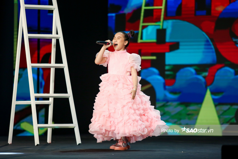 Khánh Linh hóa công chúa, khoe giọng cao vút làm BigDadddy - Emily 'bất đồng quan điểm' Ảnh 9
