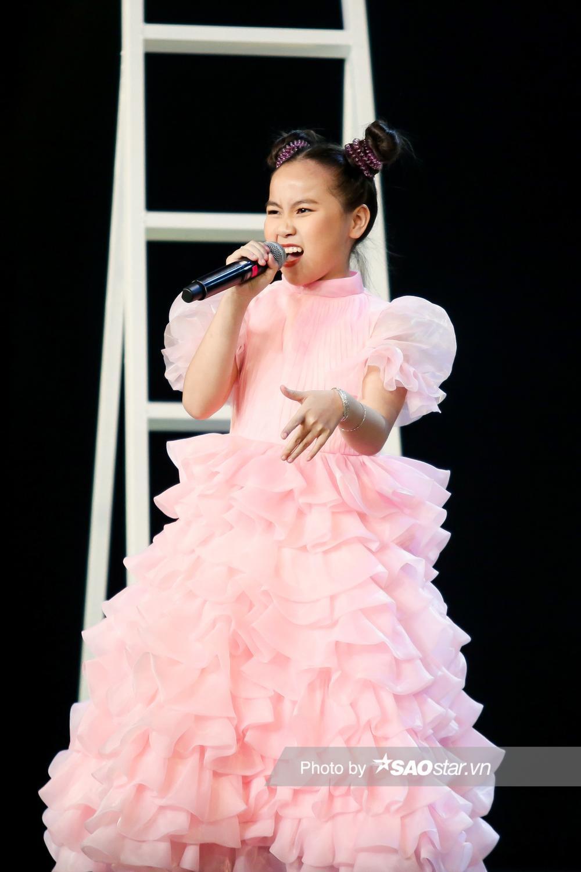 Khánh Linh hóa công chúa, khoe giọng cao vút làm BigDadddy - Emily 'bất đồng quan điểm' Ảnh 7