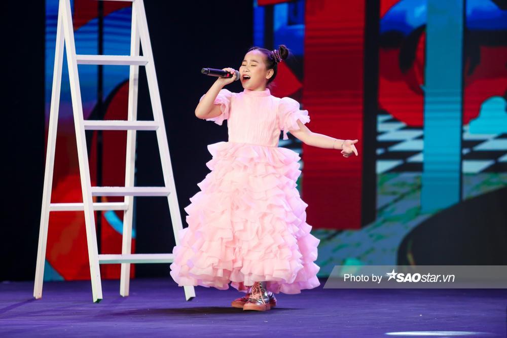 Khánh Linh hóa công chúa, khoe giọng cao vút làm BigDadddy - Emily 'bất đồng quan điểm' Ảnh 5