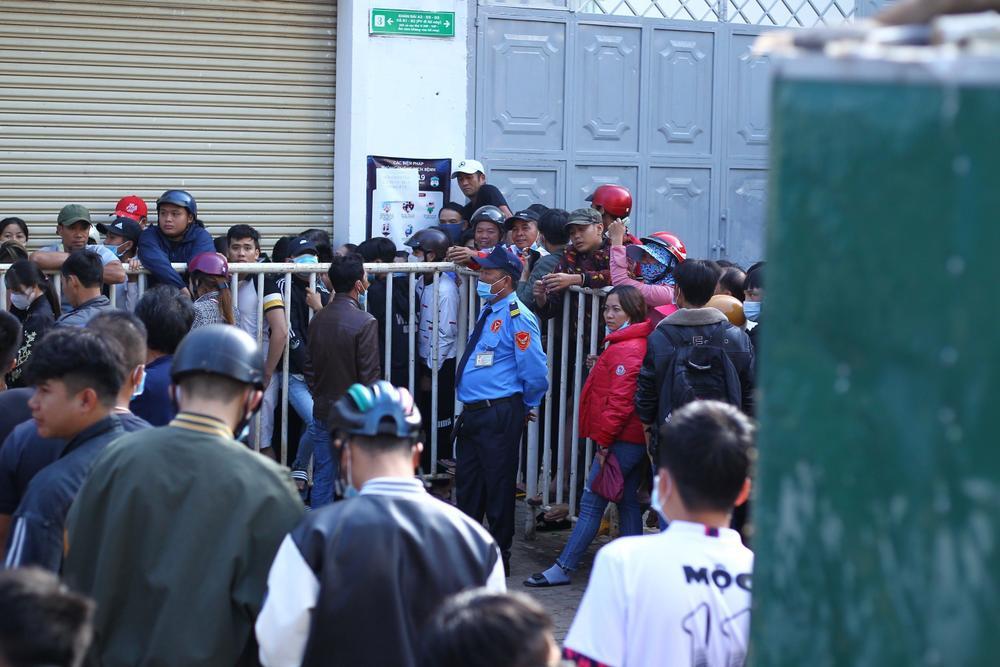 Hàng nghìn người vây kín và tranh nhau mua vé xem HAGL từ 5 giờ sáng, bầu Đức sướng! Ảnh 3