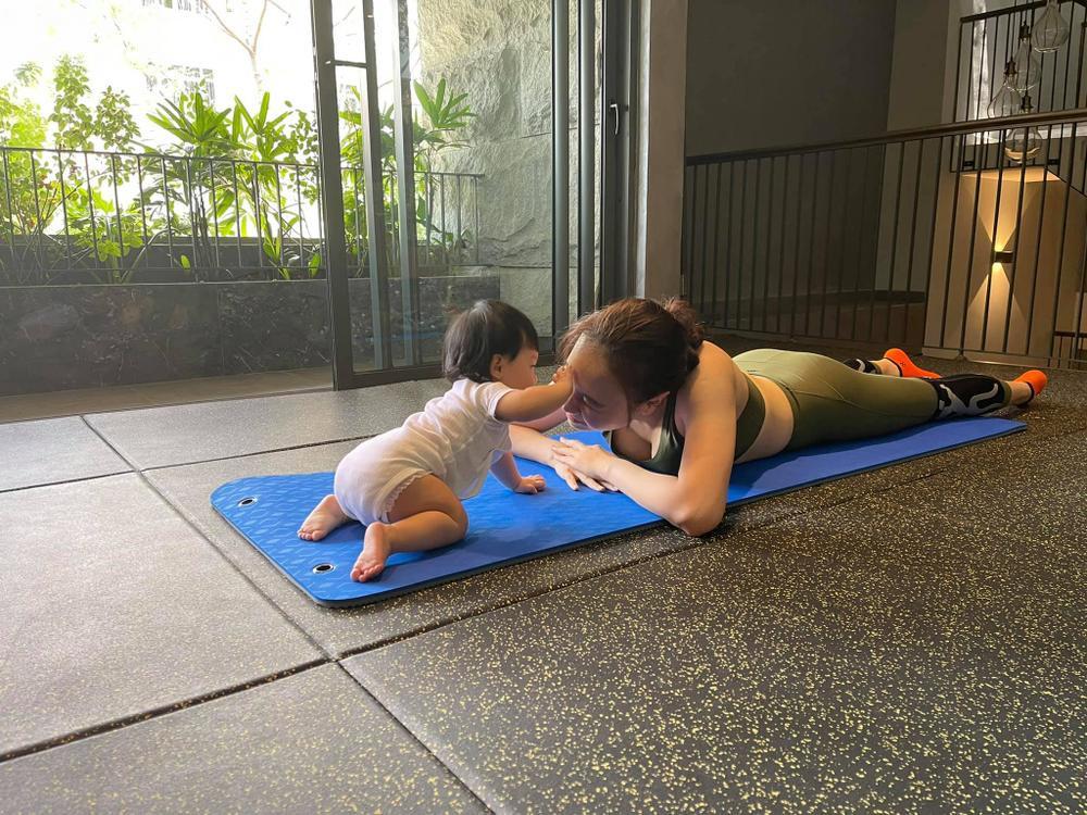 Con gái Đàm Thu Trang cùng mẹ tập Yoga, động thái của Cường Đô La gây chú ý Ảnh 1