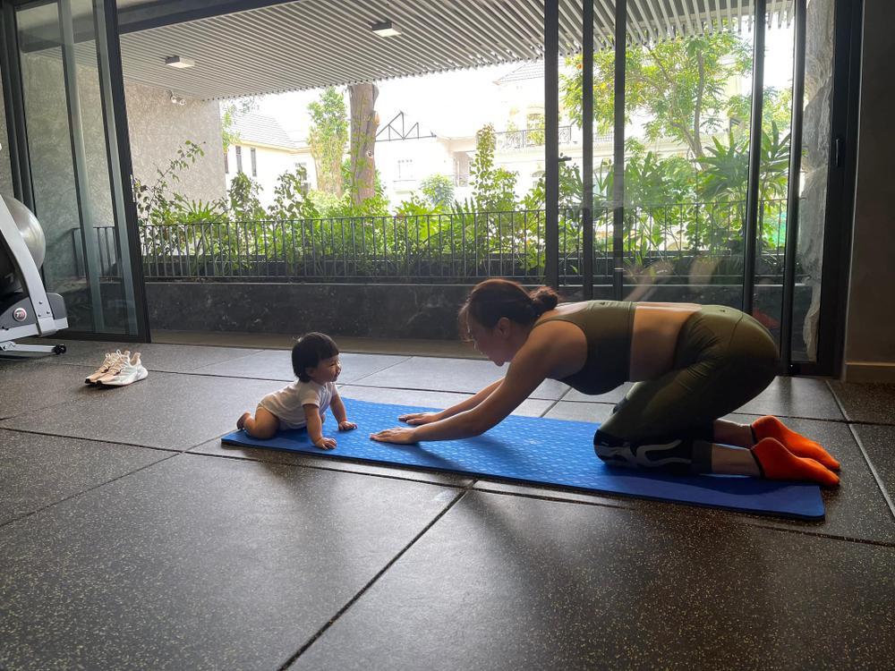 Con gái Đàm Thu Trang cùng mẹ tập Yoga, động thái của Cường Đô La gây chú ý Ảnh 2