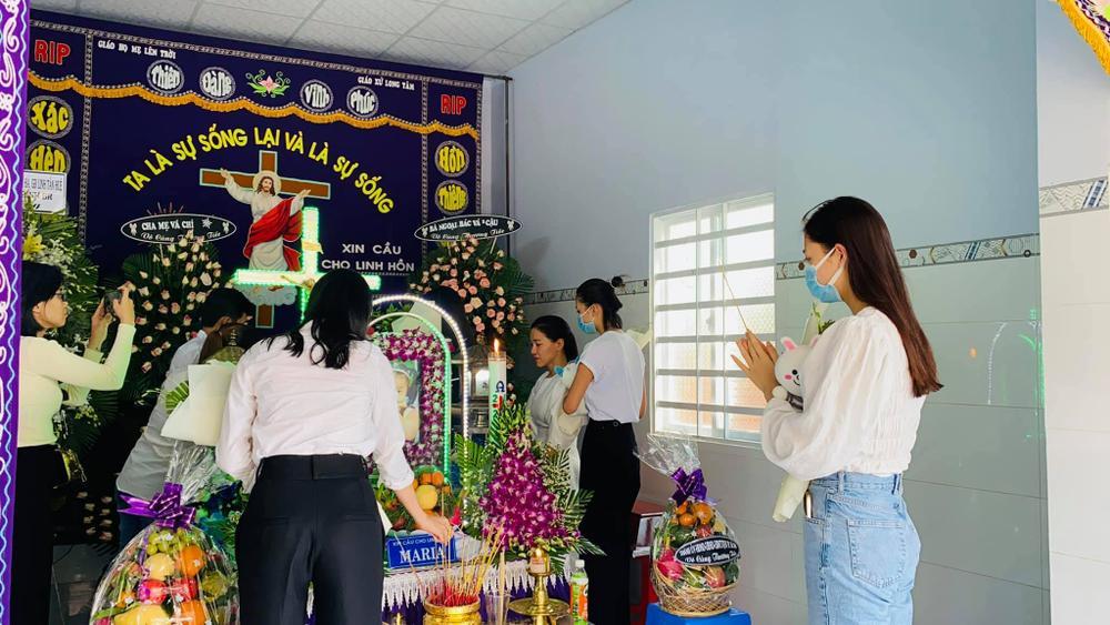 Nhóm Hoa hậu Việt xuống tận nhà viếng tang lễ cháu bé 5 tuổi bị sát hại ở Bà Rịa Ảnh 5