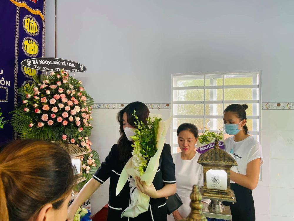 Nhóm Hoa hậu Việt xuống tận nhà viếng tang lễ cháu bé 5 tuổi bị sát hại ở Bà Rịa Ảnh 4