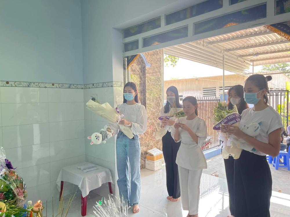 Nhóm Hoa hậu Việt xuống tận nhà viếng tang lễ cháu bé 5 tuổi bị sát hại ở Bà Rịa Ảnh 9