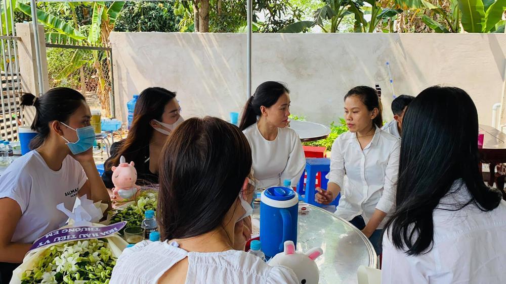 Nhóm Hoa hậu Việt xuống tận nhà viếng tang lễ cháu bé 5 tuổi bị sát hại ở Bà Rịa Ảnh 7
