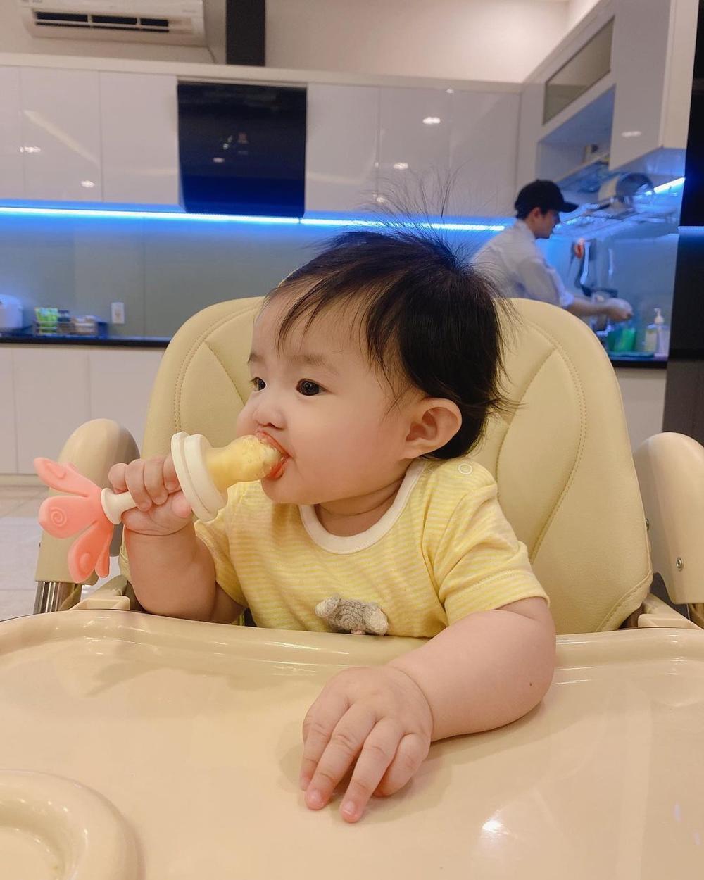 'Mẫu nhí' Winnie nhà Đông Nhi - Ông Cao Thắng trộm vía siêu đáng yêu: 'Con muốn ăn cả thế giới' Ảnh 3