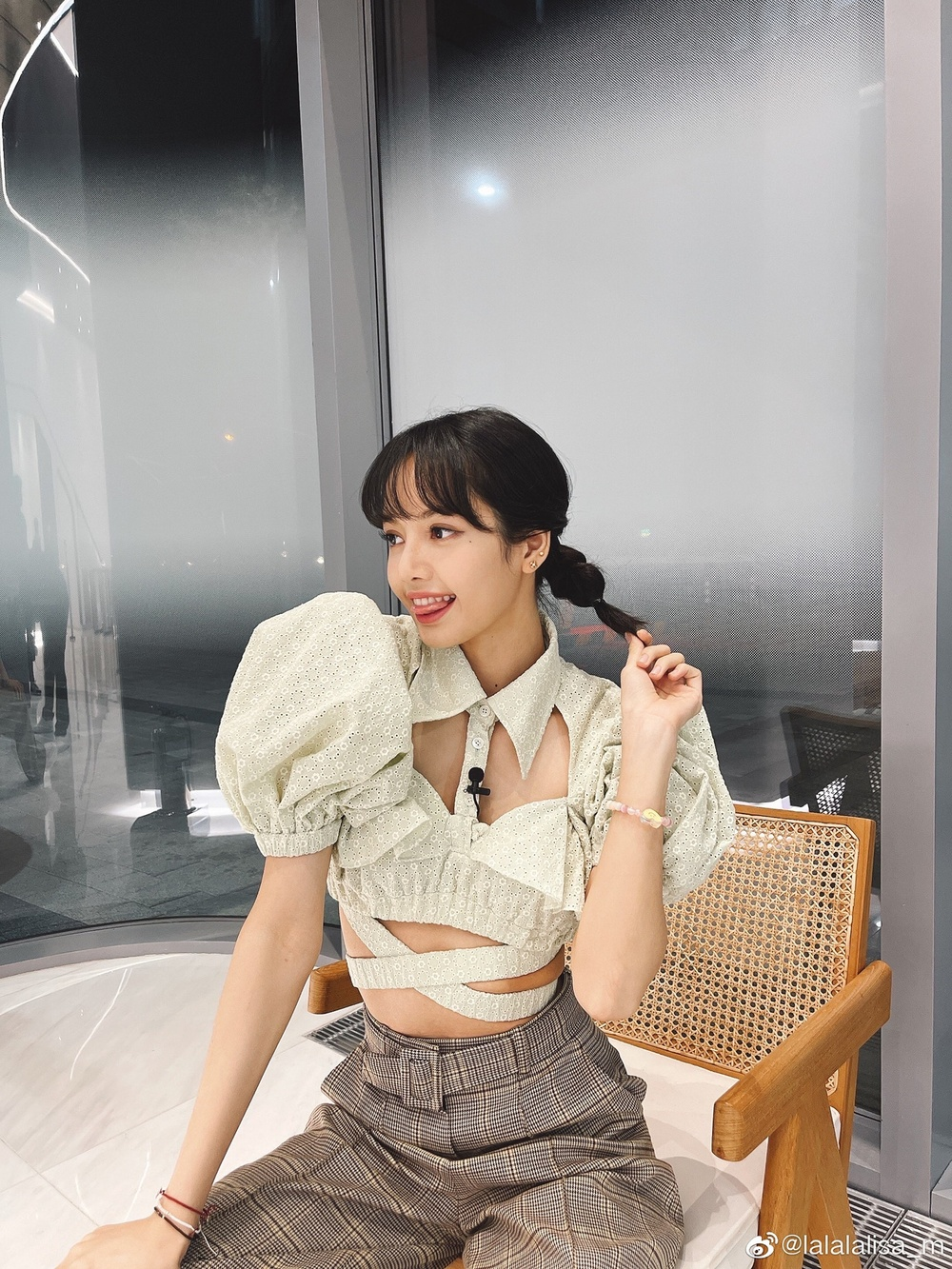 Hoa hậu Tiểu Vy diện áo cut -out bắt trend với Lisa Black Pink Ảnh 4
