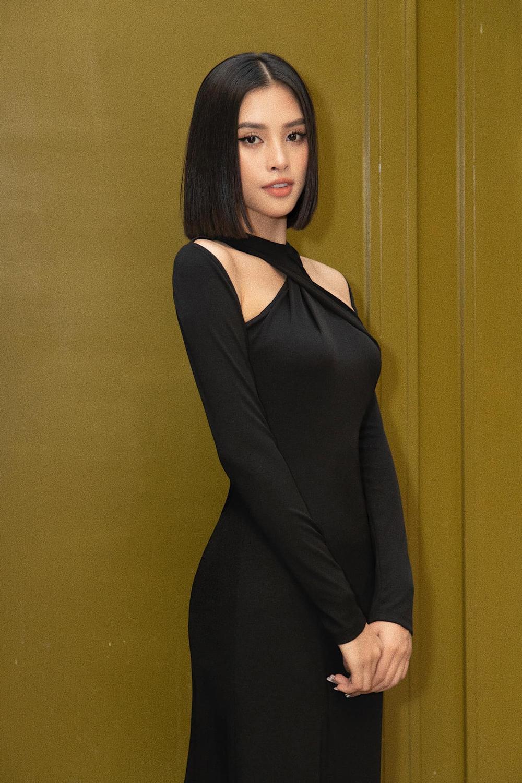 Hoa hậu Tiểu Vy diện áo cut -out bắt trend với Lisa Black Pink Ảnh 2