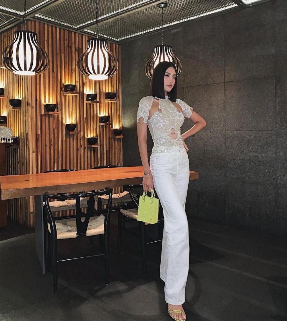 Hoa hậu Tiểu Vy diện áo cut -out bắt trend với Lisa Black Pink Ảnh 1